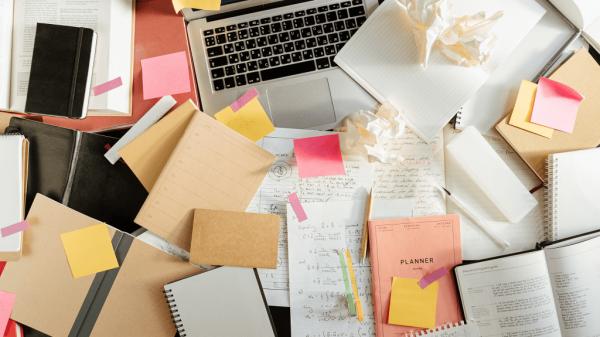 Chaos auf dem Schreibtisch? (Foto: © Cottonbro von Pexels)